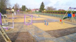 W Grabowcu powstał plac zabaw z urządzeniami siłowni zewnętrznej